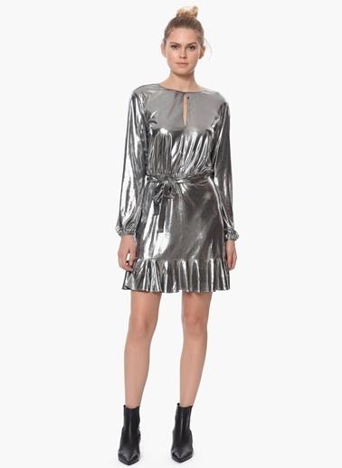 Que Uzun Kollu Eteği Volanlı Metalik Elbise Gümüş